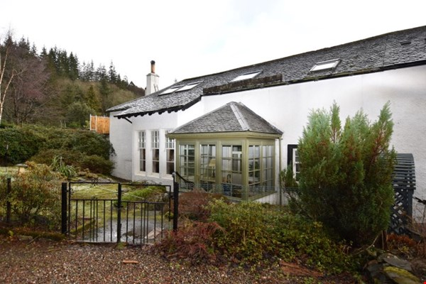 Kitten Cottage 9 The Square Dunira, Comrie